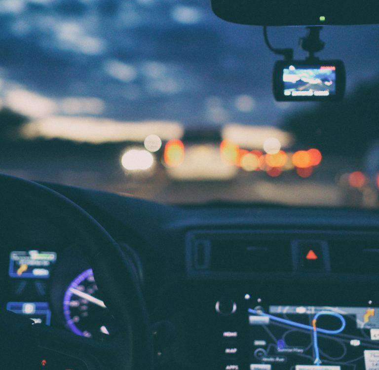 Il controllo del contachilometri in un'auto usata